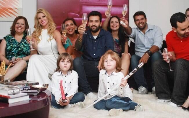 Val Marchiori reuniu amigos e os filhos gêmeos para assistir ao último episódio de