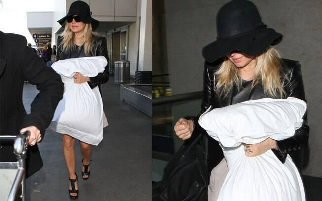 Fergie com seu travesseiro em mãos