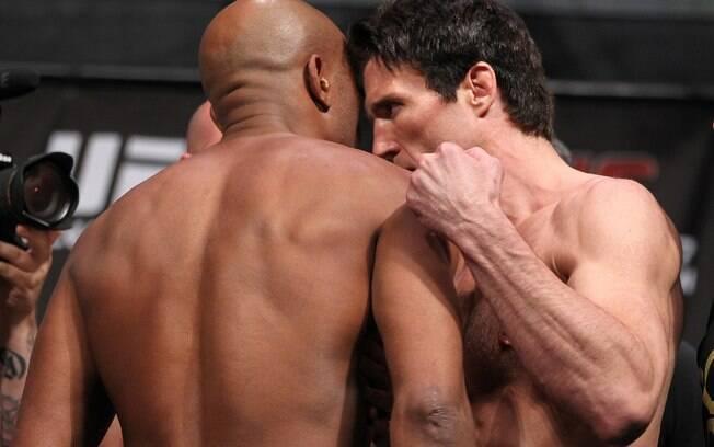 Anderson Silva dá ombrada em Chael Sonnen na  pesagem do UFC 148