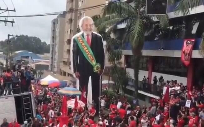 Ex-presidente aparece com faixa presidencial ostentando frase