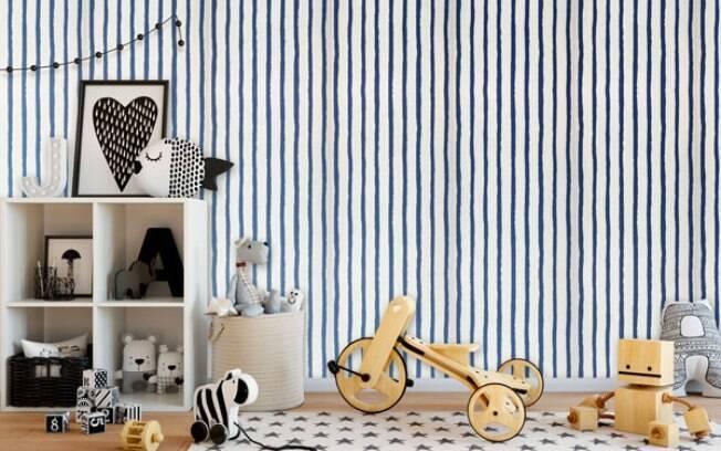 Quarto de criança decorado e com papel de parede listrado azul