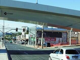 Longe. Motoristas param cerca de 10 m do sinal de trânsito para evitar ficar embaixo do viaduto