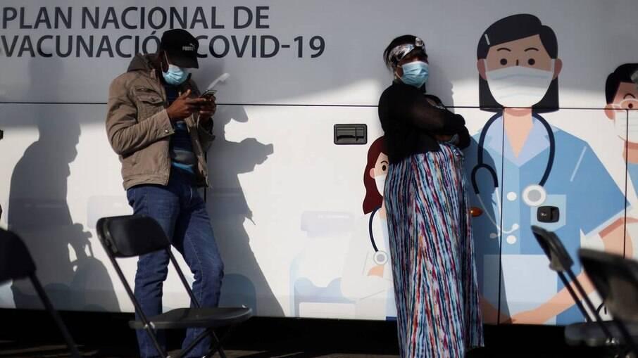 Pessoas aguardam na fila de um centro de vacinação móvel em Santigo, Chile