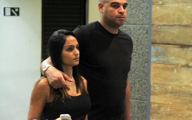 Adriano e a namorada aproveitaram para ver  algumas lojas após o almoço no shopping