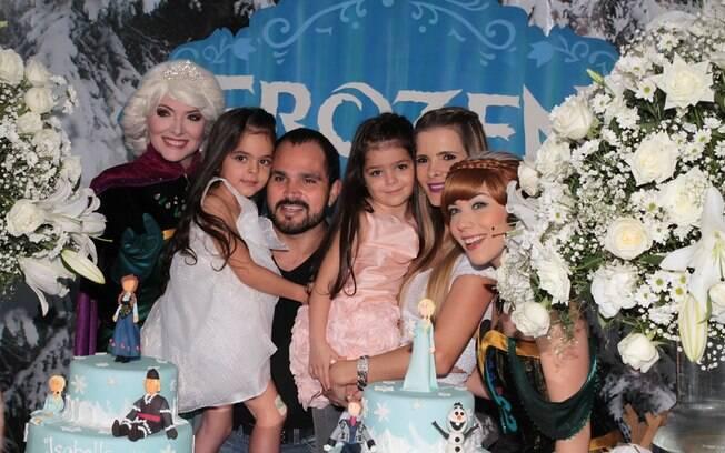 Luciano e a mulher, Flávia, comemoram o aniversário das gêmeas Isabella e Helena. Foto: Marcelo Brammer e Thiago Duran / AgNews