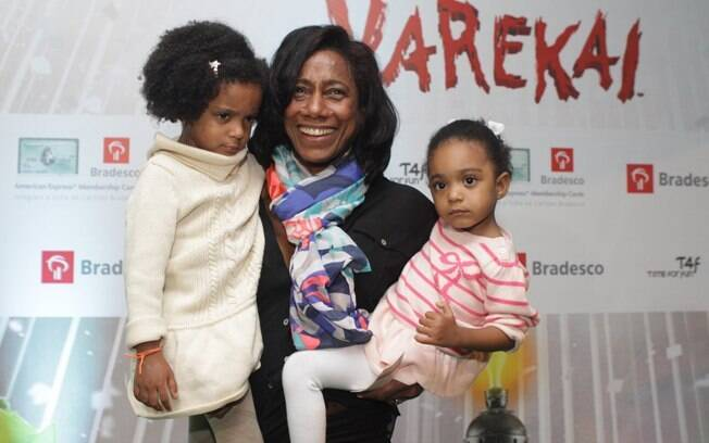 Glória Maria e suas duas filhas, Maria, de 3 anos e Laura, de 2.
