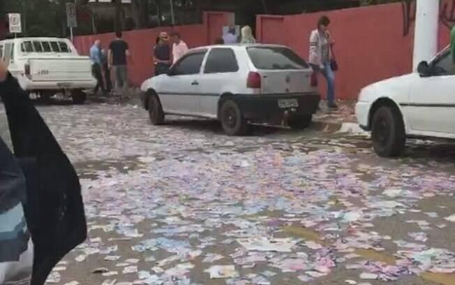 Eleitor denunciava a quantidade de santinhos nas ruas, prática ilegal no dia das eleições 2018, quando flagrou o acidente