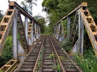 Uma linha de trem, com 110 quilômetros de extensão, corta a Serra do Mar, por onde passa a Estrada da Graciosa
