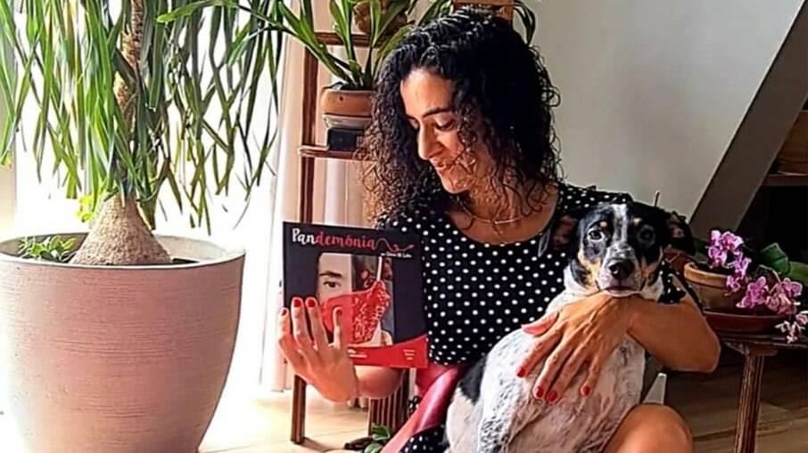 Silvia M. Lobo lança livro falando sobre o isolamento social pelos olhos da cachorra Sansa
