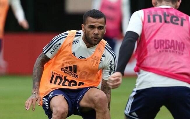 Daniel Alves treina no São Paulo