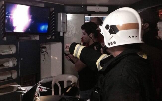 Bombeiros trabalham no combate ao fogo na madrugada deste sábado (04), no Porto de Santos