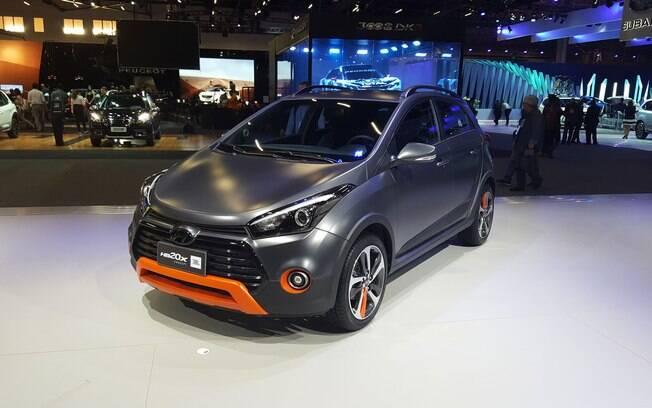 Criado em parceria com a JBL, o Hyundai HB20X JBL tem um sistema de som mais refinado, além de usar o esquema de cores da marca: cinza e laranja.