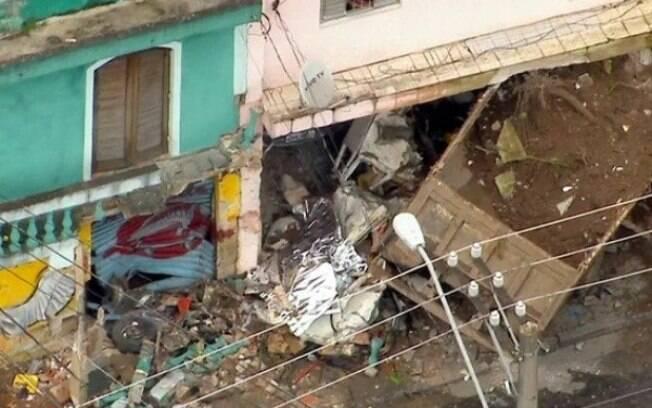 Veículo estava carregado de terra quando o motorista perdeu o controle e invadiu uma casa