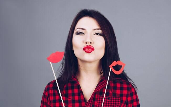 Dica na hora de comprar um batom vermelho é optar por uma marca de boa fixação, assim não precisa ficar repassando
