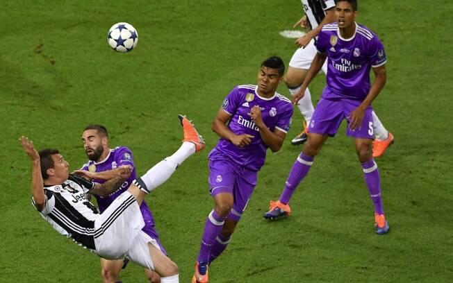 Mandzukic faz um golaço de meia bicicleta e empata a final da Liga dos Campeões