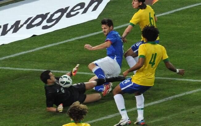 Julio Cesar sai do gol e afasta chute de  Maggio