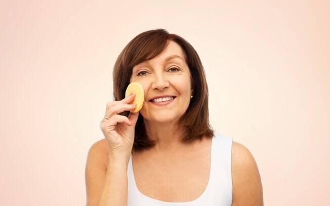 Esfoliar a pele do seu rosto é o primeiro passo para fazer uma boa limpeza que estimular a renovação celular