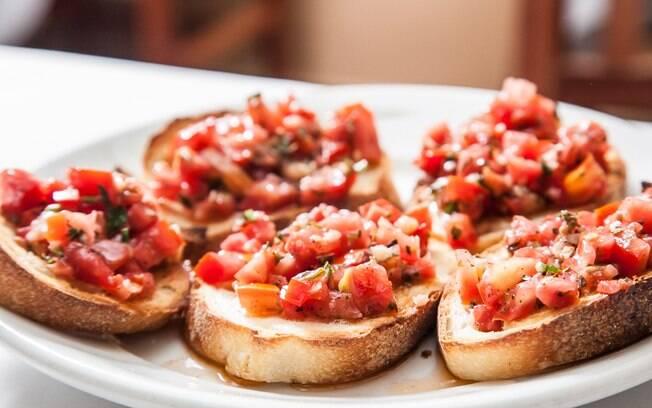 Acompanhamento para churrasco: prepare bruschettas enquanto a carne não fica pronta