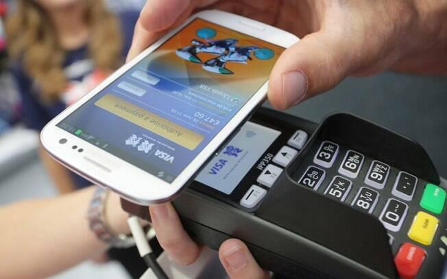 Com os meios digitais, é possível realizar pagamentos apenas aproximando o smartphone da maquininha