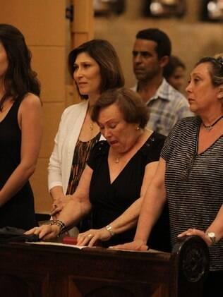 Nicette Bruno se emociona durante segunda missa de 7º dia em homenagem a Paulo Goulart