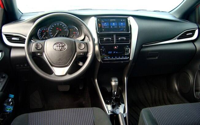 Interior do Toyota Yaris Sedan é simples, mas há boa dose de equipamentos de série que contribuem com o conforto