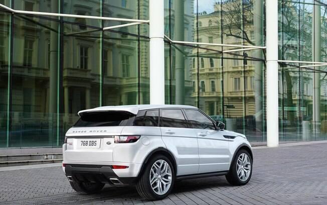 Traseira do Range Rover Evoque combina com o aspecto esportivo do carro, com  vidro estreito e lanternas pequenas