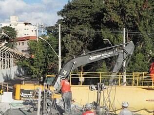 Trabalhos de remoção dos escombros da alça que caiu continuam
