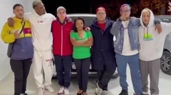 Amigos rifam carro do cantor para pagar uma casa para a mãe dele