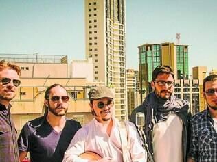 """Quinteto. Banda faz projeção do clipe de """"As Palavras"""" mais à noite, no Galpão Benfeitoria"""