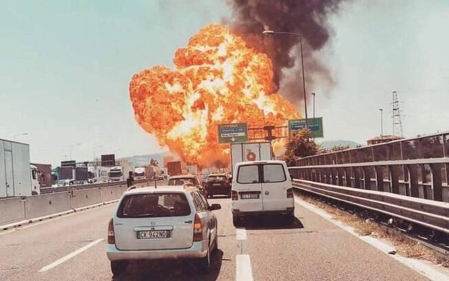 Diversos internautas publicaram fotos da explosão em Bolonha, que teve início com um acidente de carros