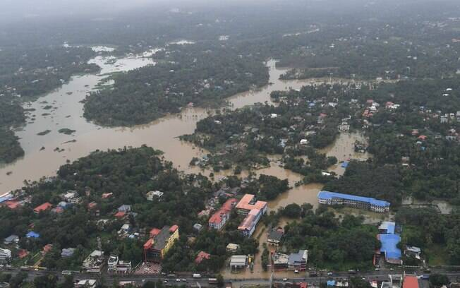 Inundações em Kerala são as piores nos últimos 80 anos na Índia; primeiro-ministro Narendra Modi sobrevoou região