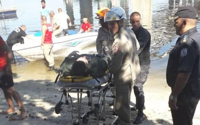 Pelo menos duas embarcações, um helicóptero e duas ambulância foram utilizadas no resgate dos tripulantes da aeronave que caiu