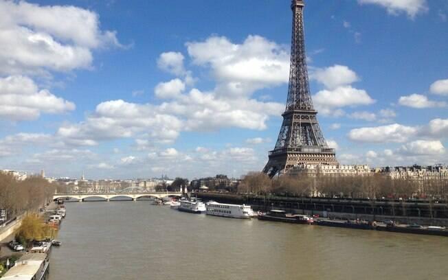 A Torre Eiffel, principal ponto turístico de Paris, vista das margens do Rio Sena