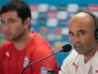 O chileno Mena e o técnico argentino Sampaoli estão focados na vitória em cima do Brasil neste sábado