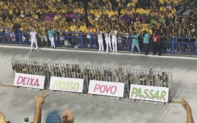 A Mangueira também fez protesto político durante sua passagem pela Sapucaí