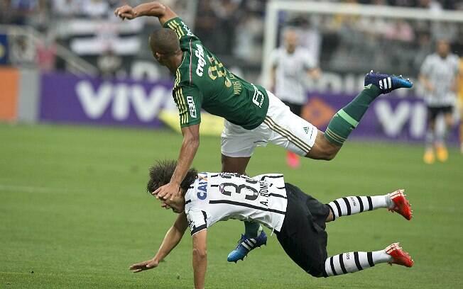 Vitor Hugo atropela Romero em lance da vitória do Palmeiras sobre o Corinthians. Foto: Daniel Augusto Jr./Ag. Corinthians