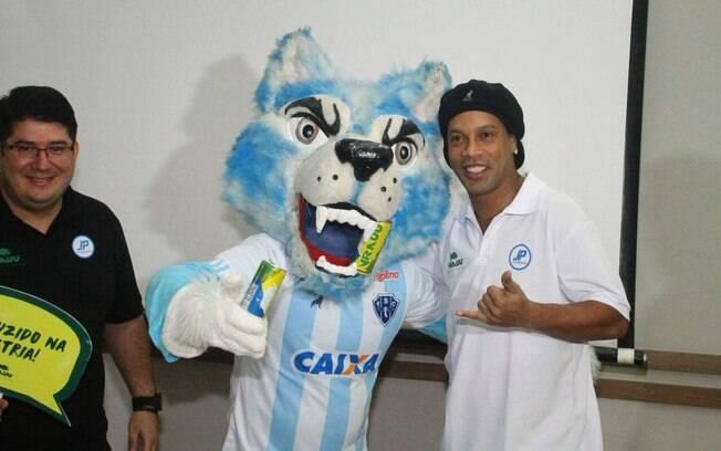 Ronaldinho com o mascote do Paysandu