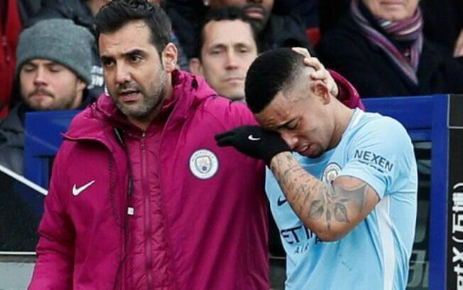 Gabriel Jesus deixou o campo chorando após machucar o joelho no jogo do Manchester City