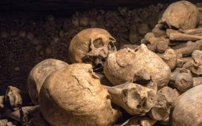 Crânios e restos mortais