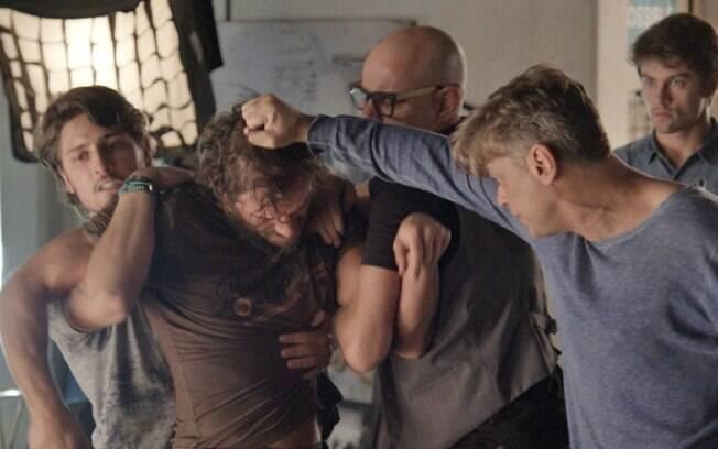 Rafael, Pietro e Arthur tentam tirar Dino do estúdio a força