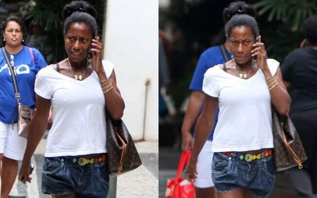 De shortinho jeans, Glória Maria circulou pelo Leblon, no Rio