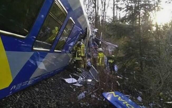 Porta-voz da polícia disse que trens entraram na mesma linha, se chocaram e um descarrilou