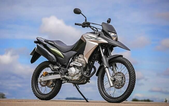 A Honda XRE 300 vem com motor com duplo comando, mas com o mesmo estilo da versão de 190 cc de cilindrada