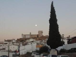 Cheia. A lua se ergue no céu de Estremoz, com o castelo em primeiro plano