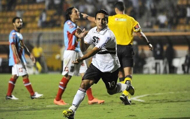 Jadson vibra com gol do São Paulo diante do  Arsenal