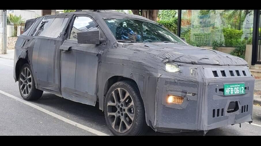 Jeep de 7 lugares também foi flagrado com disfarces pesados, visto de frente, com poucos vãos à mostra