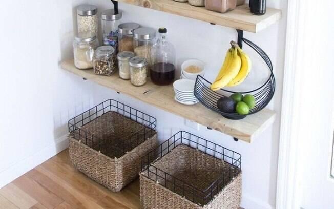 Prateleiras e cestos ajudam na decoração e, ao mesmo tempo, são super importantes para a organização do lar