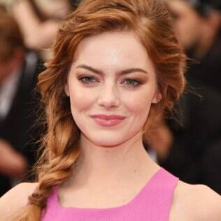 Emma Stone escolheu um visual romântico para o baile do MET - inspire-se no cabelo!
