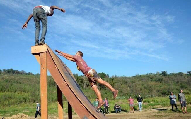Corrida de obstáculos leva participantes ao limite