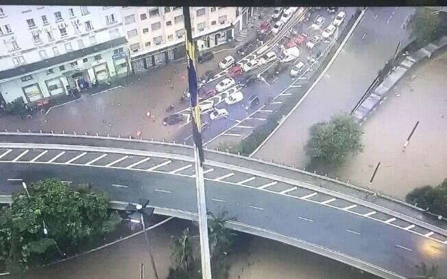 Imagem aérea mostra o Vale do Anhangabaú alagado; confira detalhes